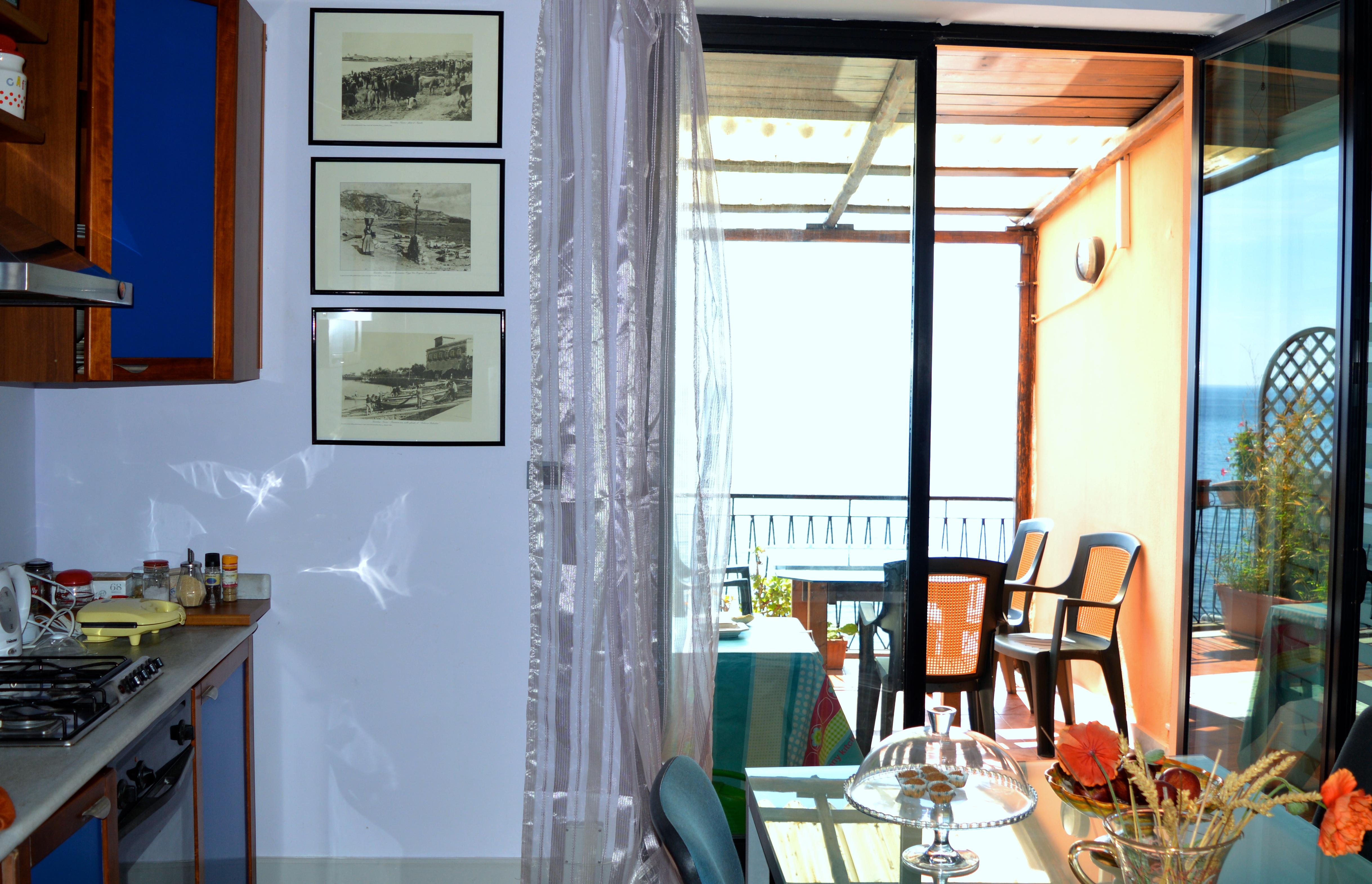Cucina e terrazzo a disposizione degli ospiti b b teocle - Cucina sul terrazzo ...